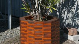 großer Pflanzkübel aus Holz