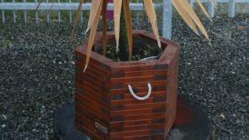 Pflanzkübel aus Holz in braun