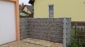 Sichtschutz aus Metall und Steinen